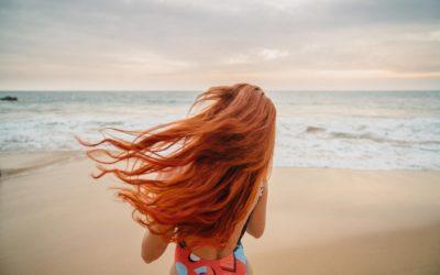 Cheveux colorés en été : comment en prendre soin ?