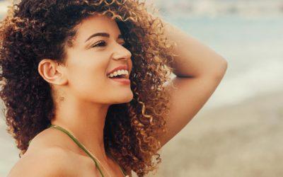 Cheveux bouclés en été : comment en prendre bien soin ?