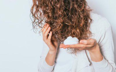 Cheveux bouclés : comment les chouchouter ?